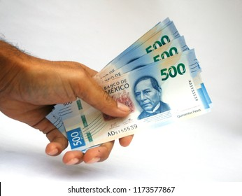 Bills of 500 Mexican pesos, on white background