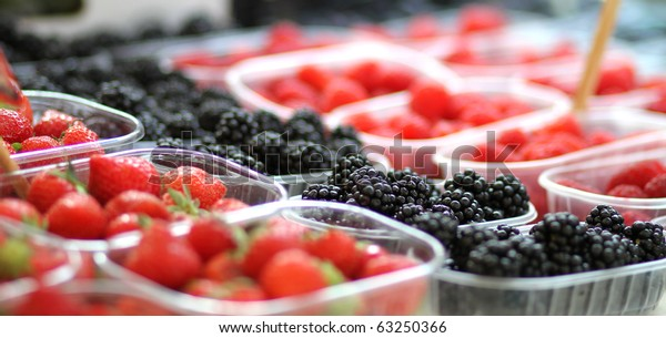 bio berries at the farmer's market