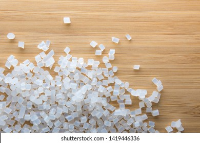 Biodegradable plastic pellets made from starch and renewable sources
