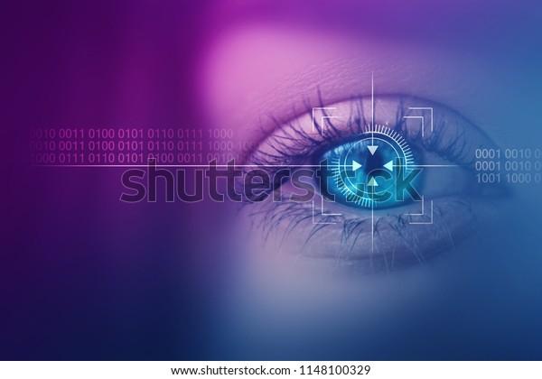 Биометрическое сканирование женского глаза крупным планом. Концепция современной виртуальной реальности