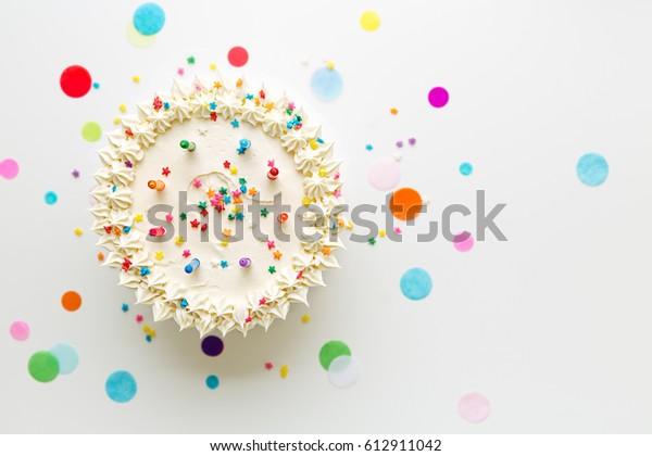 Gâteau d'anniversaire aux bougies colorées