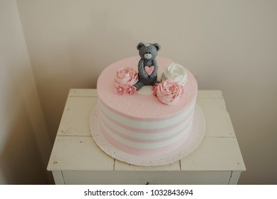 Birthday cake for girls with roses and a bear