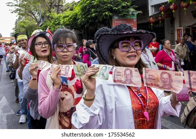 BKK - FEB 1, 2014 :Anti-government protesters  in Bangkok's Chinatown prepare money for donate to Suthep Thaugsuban, the PDRC�s Secretary-General.