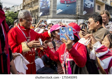 BKK - FEB 1, 2014: Anti-government supporters donate to Suthep Thaugsuban, the PDRC�s Secretary-General during a march.