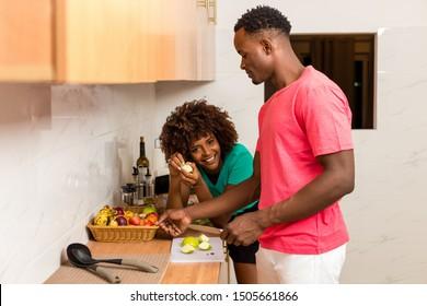 Schwarz-Afroamerikanisches Ehepaar, das Essen in der Küche zubereitet