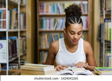Schwaramerikanisch-amerikanischer junger Studierender an der Universitätsbibliothek