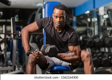 Schwarz-Amerikaner, der im Fitnessraum trainiert