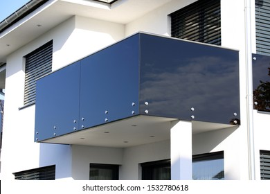 Black balcony railing made of glass and stainless steel