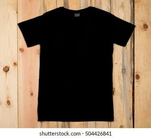 Black blank t-shirt bon a wooden background