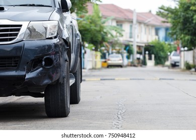 Black cars damaged by road traffic accident Wait for the insurance company to evaluate the repair