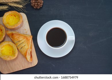 Black coffee and chicken pie on the table
