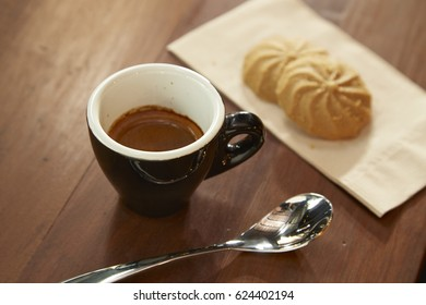 Black coffee is eaten with cookies in the morning