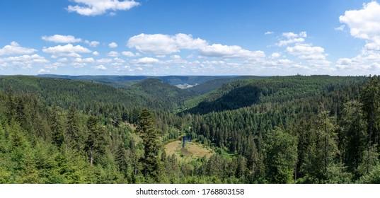 Panoramasicht auf den See Ellbachsee bis Baiersbonn Mitteltal, aufgenommen von der Aussichtsplattform Ellbachseeblick bei Freudenstadt, Deutschland