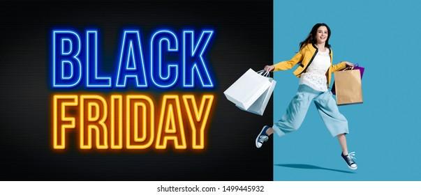 Black Friday Werbung mit fröhlichem Shopping-Mädchen, das viele Taschen hält, Verkauf und bietet Konzept