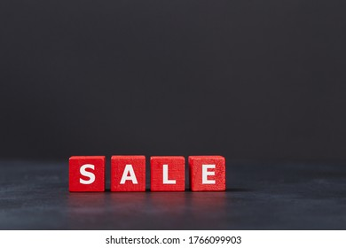 Vendredi noir. De gros magasins. Meilleure offre. Concept de vente et de réduction. Coeurs rouges sur fond noir, inscription à la vente