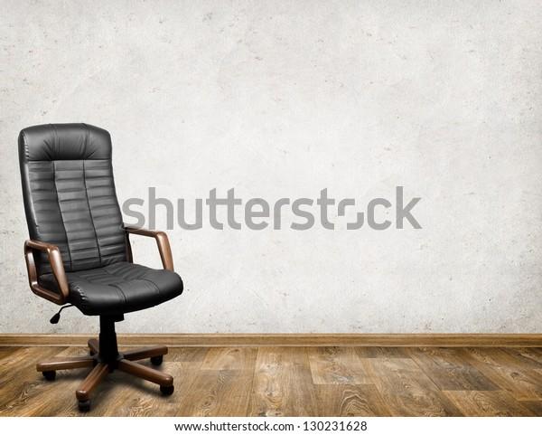 Schwarzer Ledersessel im Zimmer. Business-Innenhintergrund