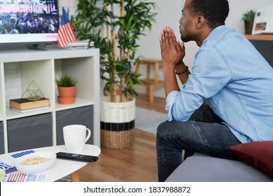 Schwarzer Mann wartet auf die Wahlergebnisse der USA