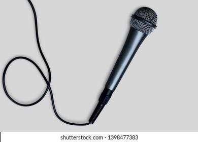Schwarzes Mikrofon einzeln auf weißem Hintergrund - Beschneidungspfad