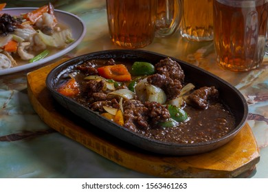 black pepper beef with tomato, paprika and onion slice in hot plate