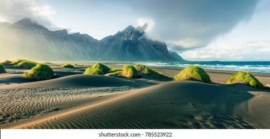 Dunas de arena negra en la región de Stokksnes, en la costa sureste de Islandia con Vestrahorn (montaña Batman). El pintoresco panorama de verano de Islandia, Europa.Filtro de Instagram con tonificación.