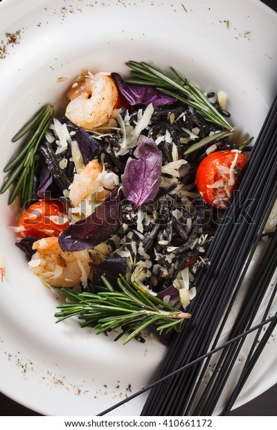 Black spaghetti with shrimps and vegetables