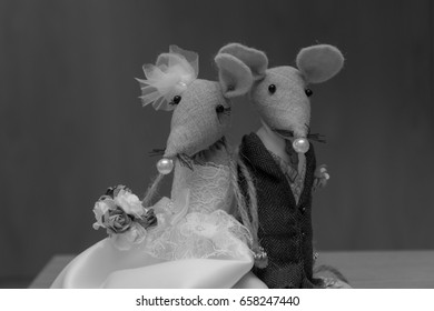 black and white mice wedding toppers for wedding cake. bride mouse wearing wedding dress and groom mouse wearing suit.