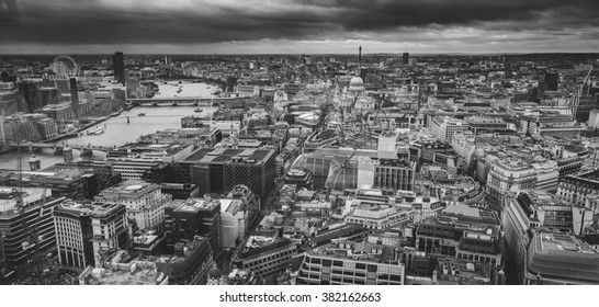 Black and white panoramic view of London, England