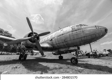 Ein Schwarz-Weiß-Foto eines alten Flugzeugs