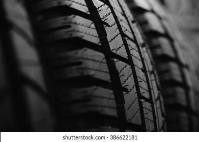 Schwarz-Weiß-Fotografie von Reifen-Reifen-Lauffläche