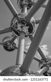 A black and white picture of the Atomium building, in Brussels.
