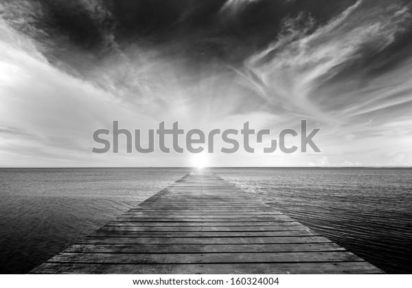черно-белая картина старого моста к морю