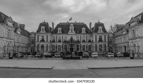 A black and white picture of the Prefecture of Vienne (regional administrative building).