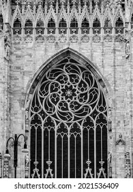 Black and white picture of the rose window of Milan Cathedral
