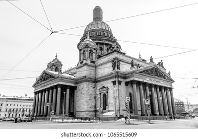 A black and white picture of Saint Isaac's Cathedral.