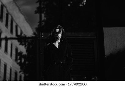 black and white portrait of a fashion model woman on the background of the city