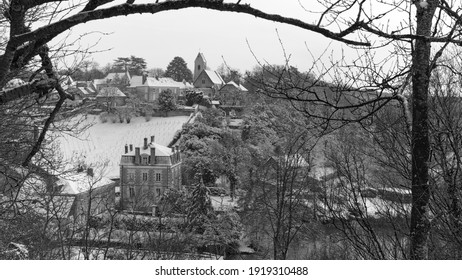 In black and white the village of Juigné sur Sarthe and its church under the snow