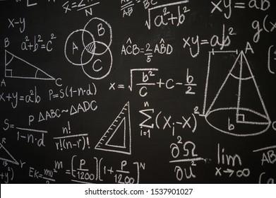 Tafel mit wissenschaftlichen Formeln und Berechnungen in Physik, Mathematik und elektrischen Schaltkreisen eingeschrieben. Hintergrund Wissenschaft und Bildung