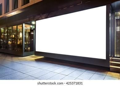 Burla en blanco por la ventana de la vitrina de una tienda en una ciudad por la noche