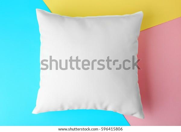 unscharfes Kissen auf Farbpapier-Hintergrund