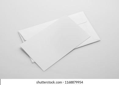 Leere weiße Hülle Mit einer Einladungskarte aufziehen
