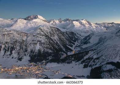 Blick vom Kriegerhorn am Arlberg auf Lech, Zürs in Richtung St. Anton mit den markanten Gipfeln Valuga, Rendel und Rüfikopf