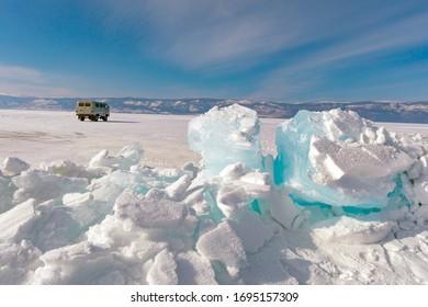 青い氷の塊。バイカル。