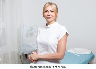 blond girl woman cosmetology master