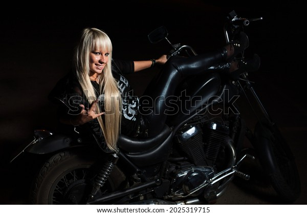 blond-haired-lady-posing-on-600w-2025319