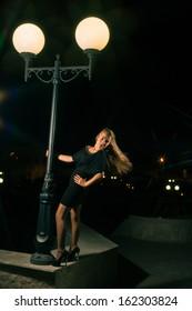 blonde posing outdoor at night