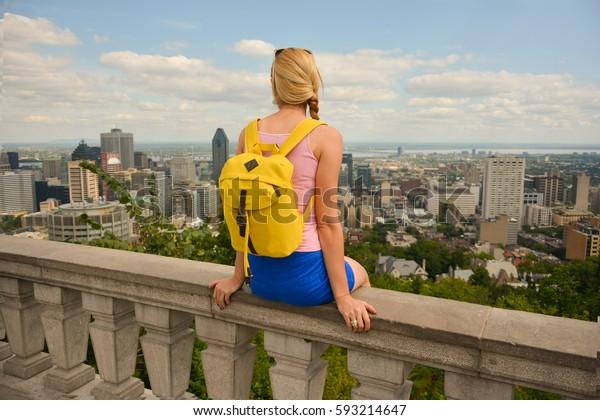 Femme blonde regardant le paysage urbain du centre-ville de Montréal. Canada.
