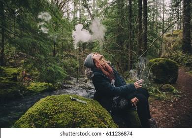Femme Blonde Fumant Du Cannabis En Randonnée Dans Les Bois