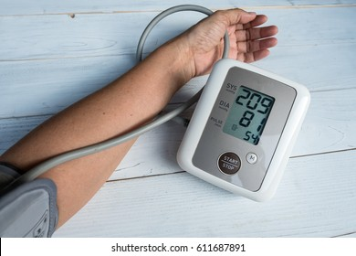 Blood pressure gauge show Hypertension or very high blood pressure, this may cause damage to the stage death.
