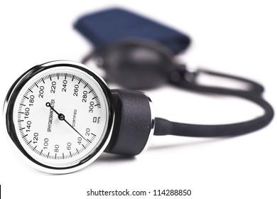 Medizinische Geräte des Blutdruckmessers einzeln auf Weiß