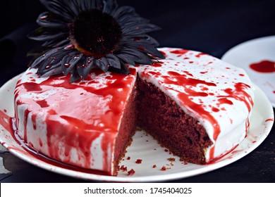 Gâteau d'halloween en velours rouge sanglant